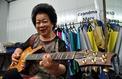 À 81 ans, une grand-mère rockeuse fait sensation à Singapour