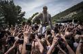 Viviers : les fans défilent autour de la statue de Johnny Hallyday