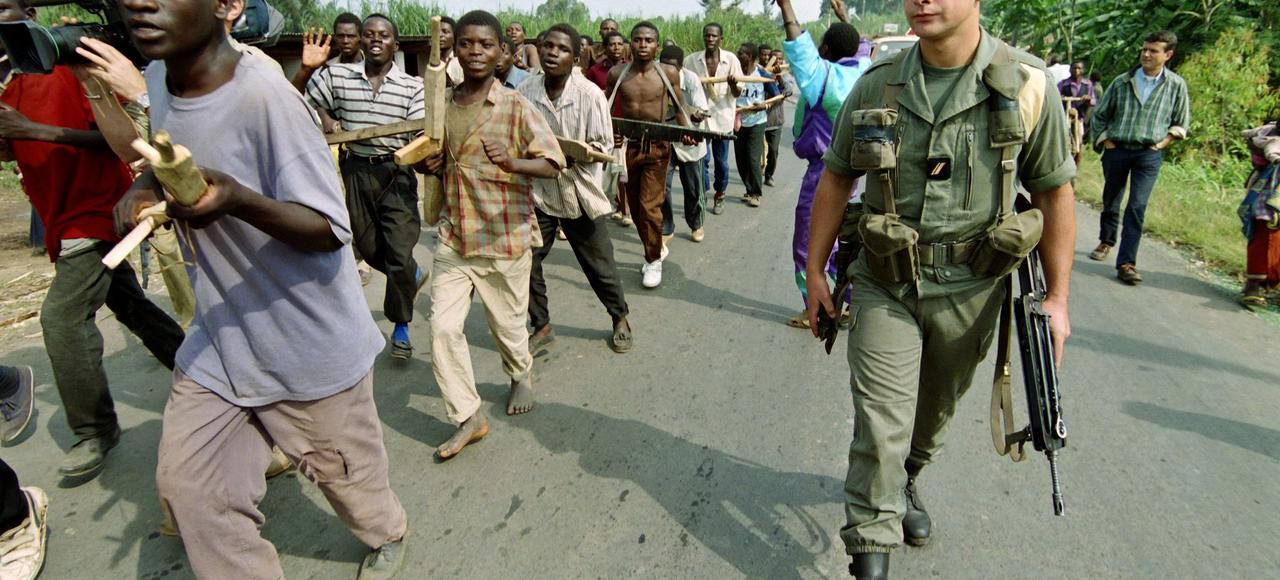 Des recrues hutues du gouvernement rwandais s'entraînent à Giseni, à 30km de la frontière ave la RDC, en juin1994, sous le regard d'un soldat français.