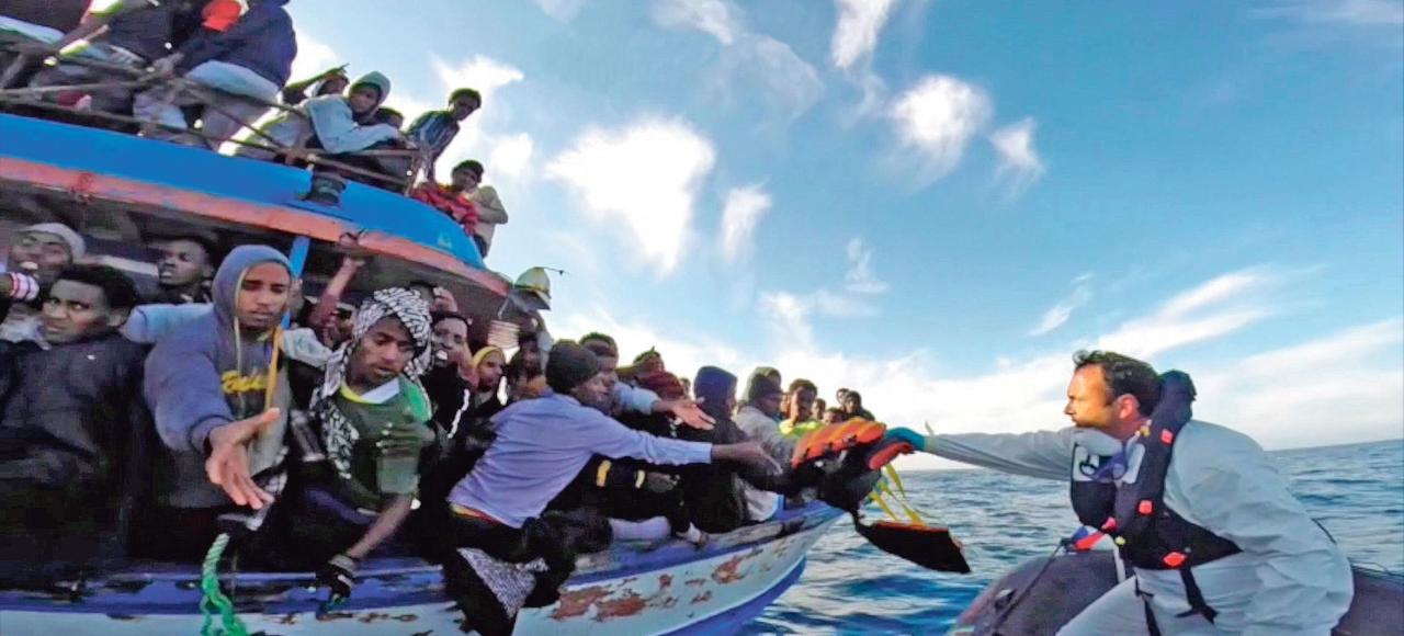 Des garde-côtes italiens secourent des migrants, ici au large de la Sicile le 12 avril dernier.