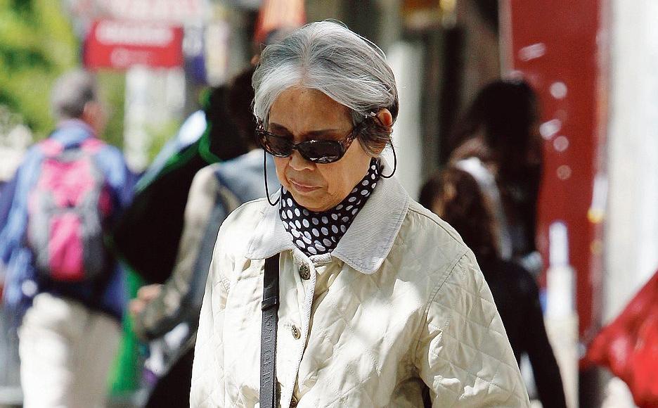 Une femme asiatique, lundi, dans une rue du XIXe arrondissement à Paris.