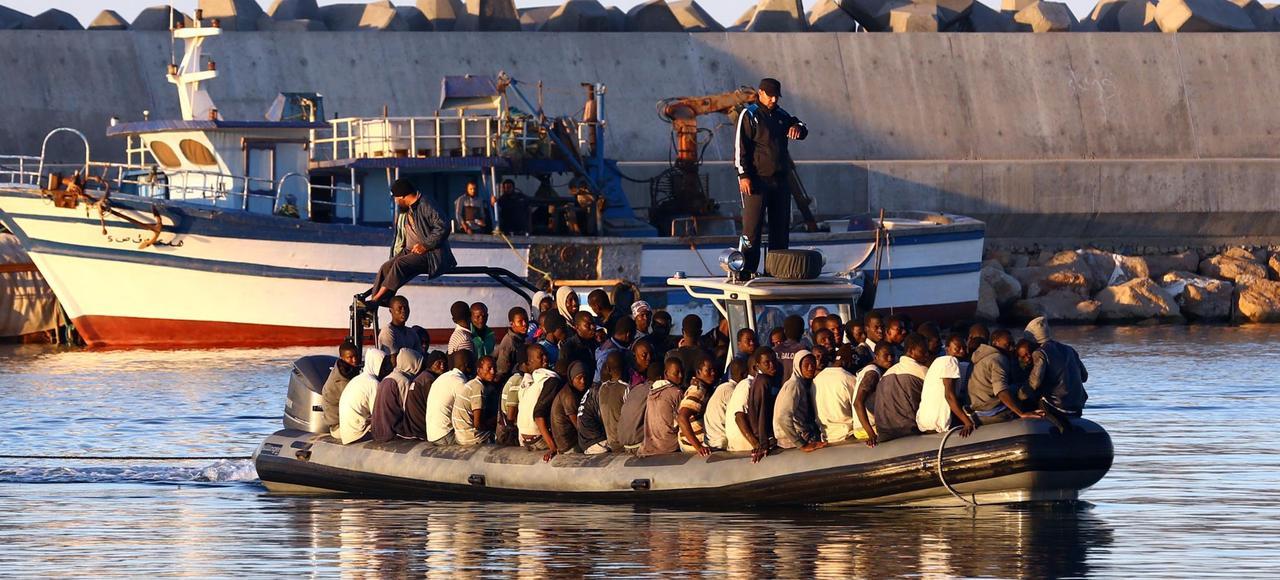 Les garde-côtes libyens viennent secourir un bateau de migrants qui menaçait de couler au large des côtes