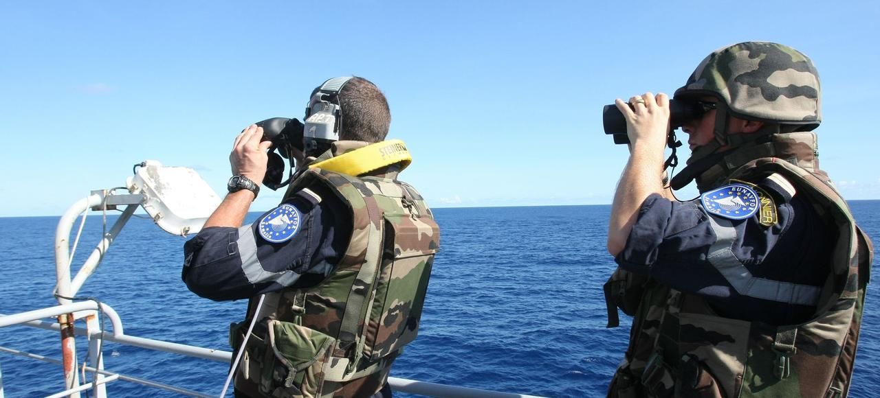 Des militaires français participant à l'opération «Atalante», modèle d'opération européenne conjointe, qui pourrait inspirer l'UE dans sa lutte contre les trafiquants d'êtres humains