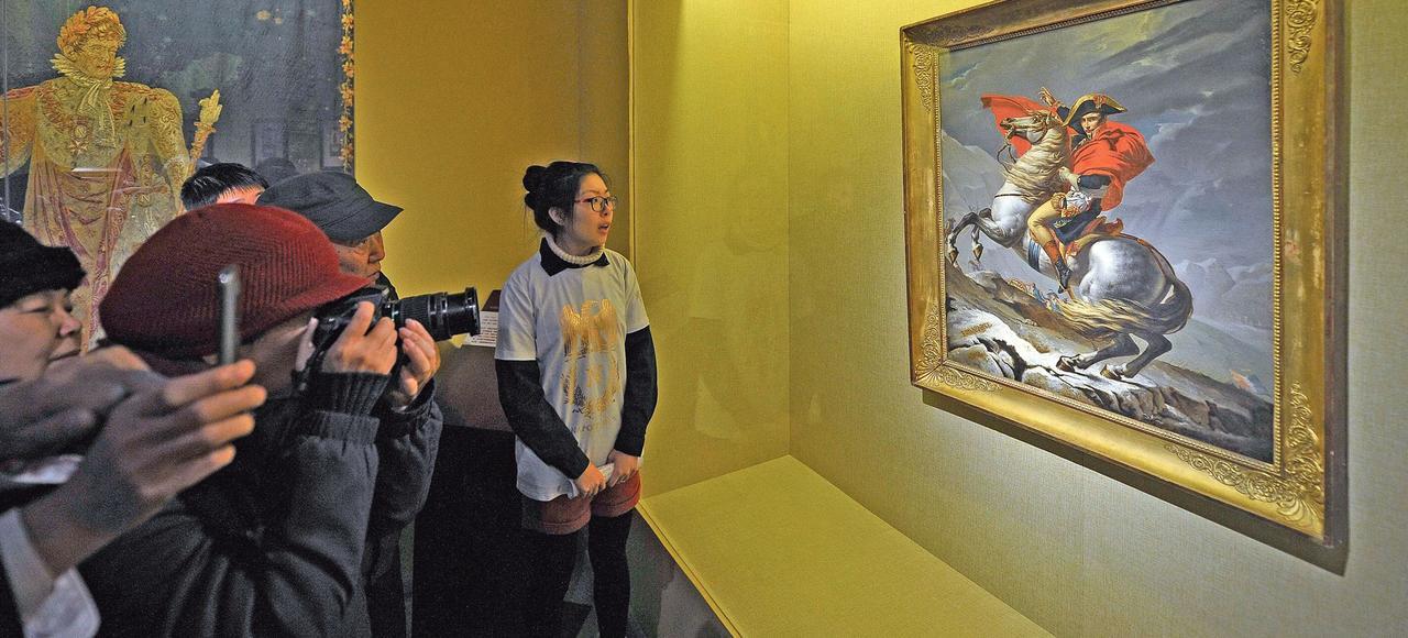 Des visiteurs chinois devant le célèbre tableau de David «Le Premier Consul franchissant les Alpes au col du Grand-Saint-Bernard», le 9 décembre dernier, lors d'une exposition, au musée de Tianjin.
