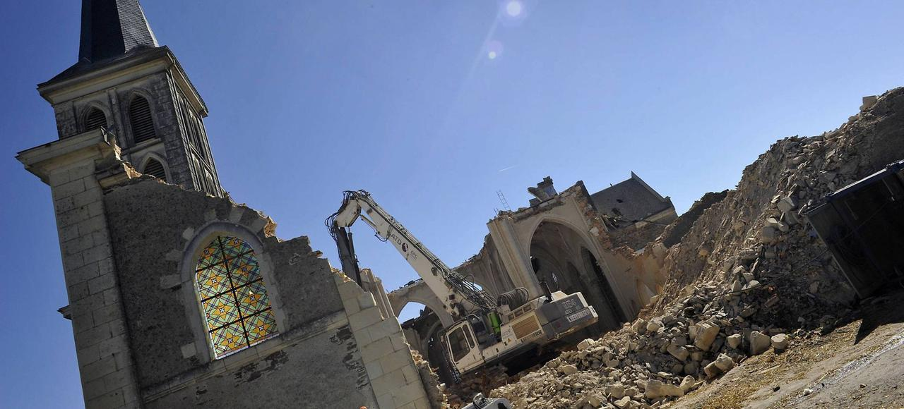 La démolition de l'église Saint-Pierre-aux-Liens à Gesté, le 4 septembre 2013.