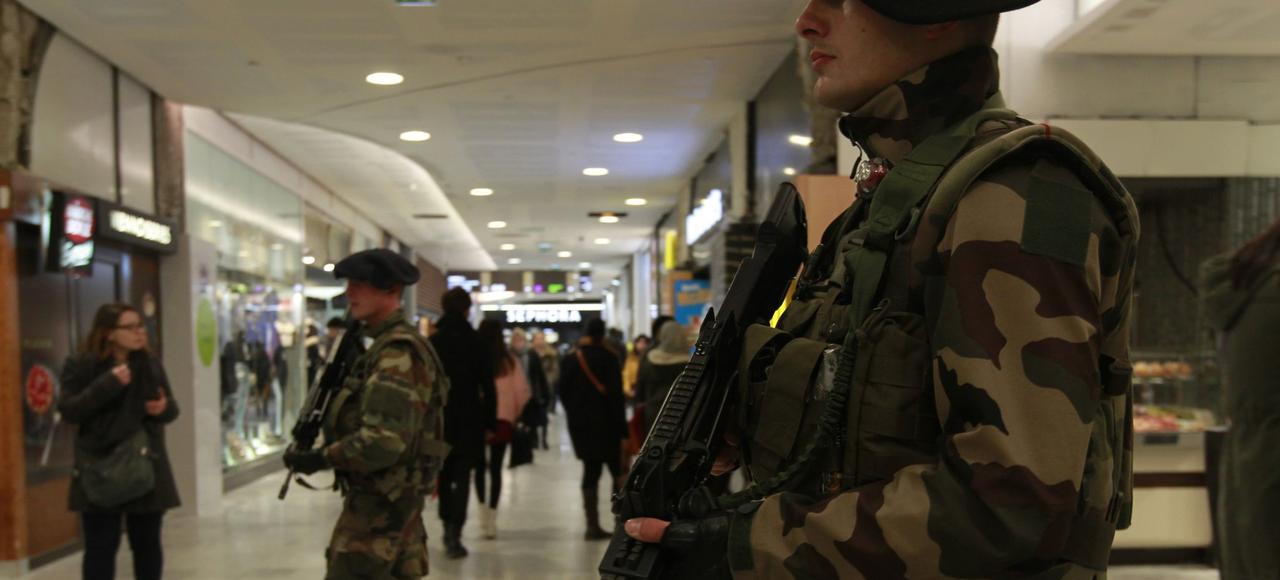Des chasseurs alpins patrouillent au Forum des Halles à Paris, le 23 février dernier, dans le cadre de l'opération «Sentinelle».