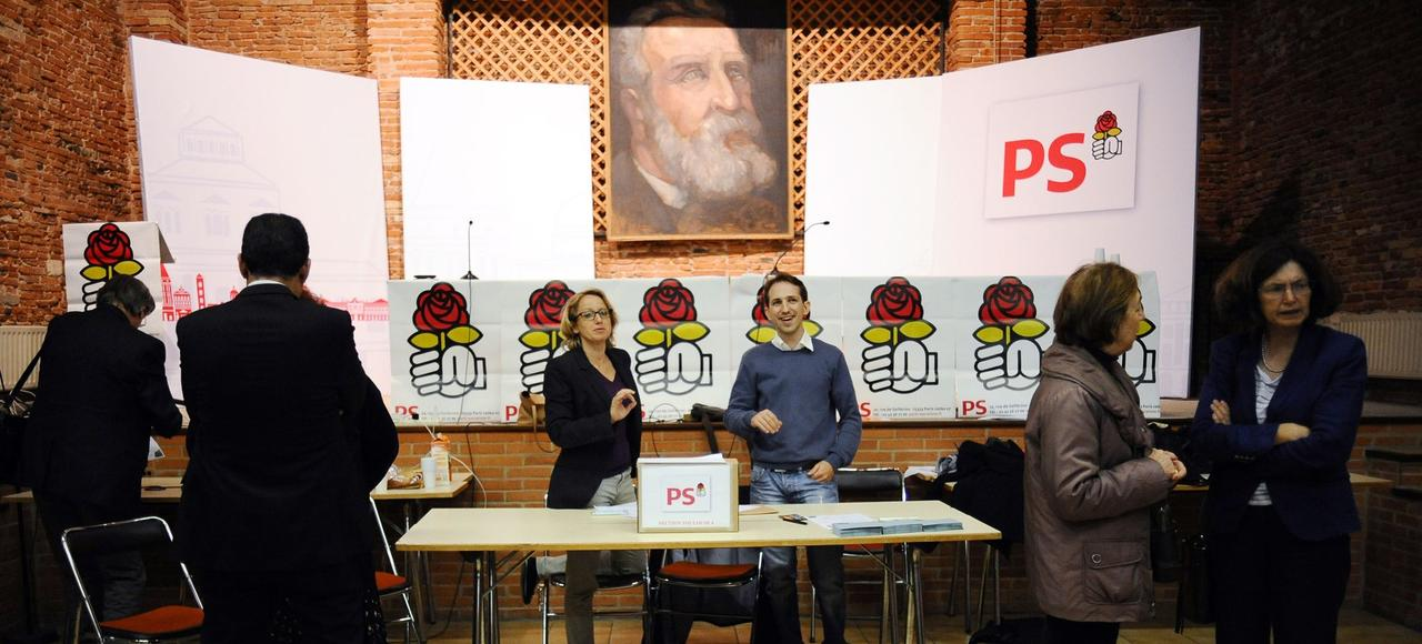 Des militants votent le 21 mai dernier dans une permanence socialiste à Toulouse.