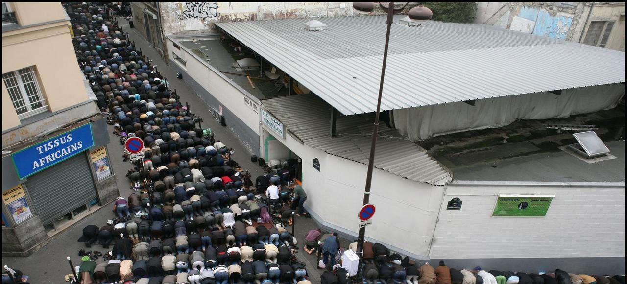 Une prière de rue devant la mosquée El Feth.