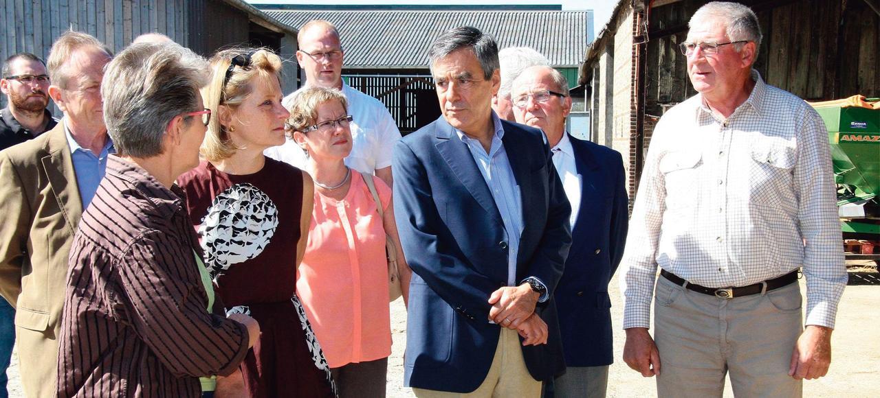 François Fillon en visite dans le Gaec familial des époux Degand, vendredi, à La Chapelle-Viel (Orne).