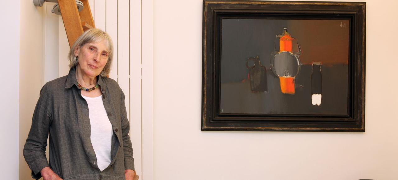 Anne de Staël, fille du peintre Nicolas de Stael, chez elle à Vanves, dans la banlieue parisienne. Elle pose devant un tableau de son père.