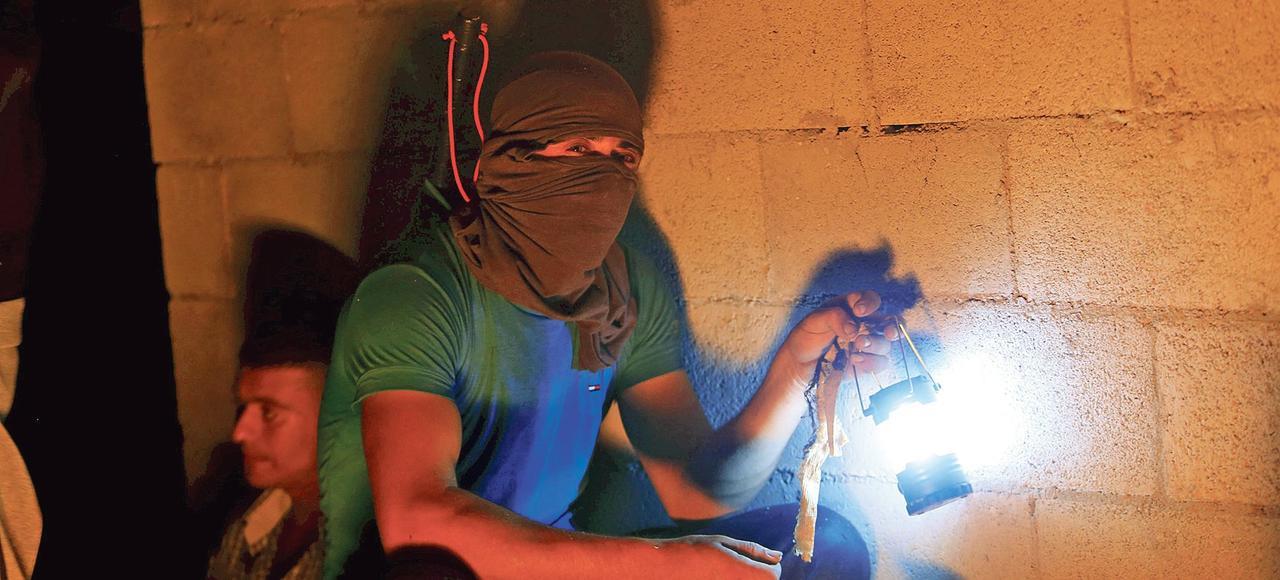 À Qusra, près de Naplouse, de jeunes Palestiniens font des rondes pour se prémunir d'éventuelles agressions des colons.