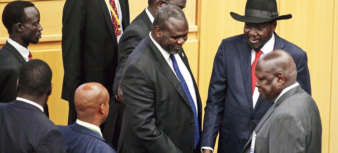 Riek Machar, le chef rebelle, et Salva Kiir, le président sud-soudanais (avec le chapeau), se serrent la main, lundi, à Addis Abeba, en Éthiopie.