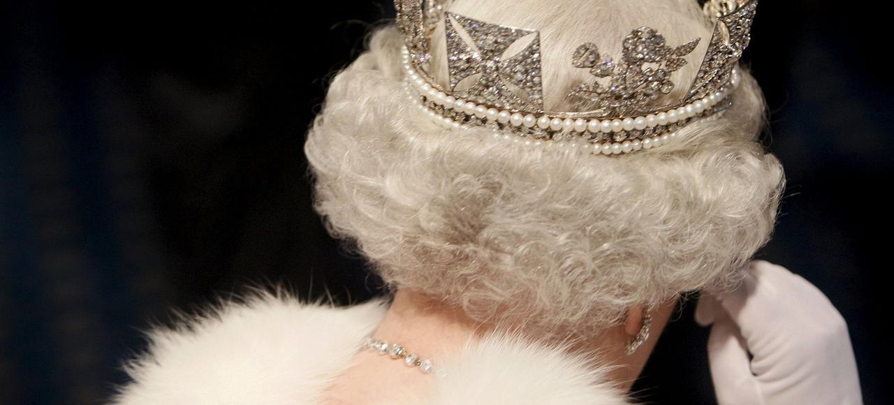 Après la mort de son père George VI, le 6 février 1952, Elizabeth lui a succédé sur le trône et a débuté le plus long règne de la monarchie britannique.