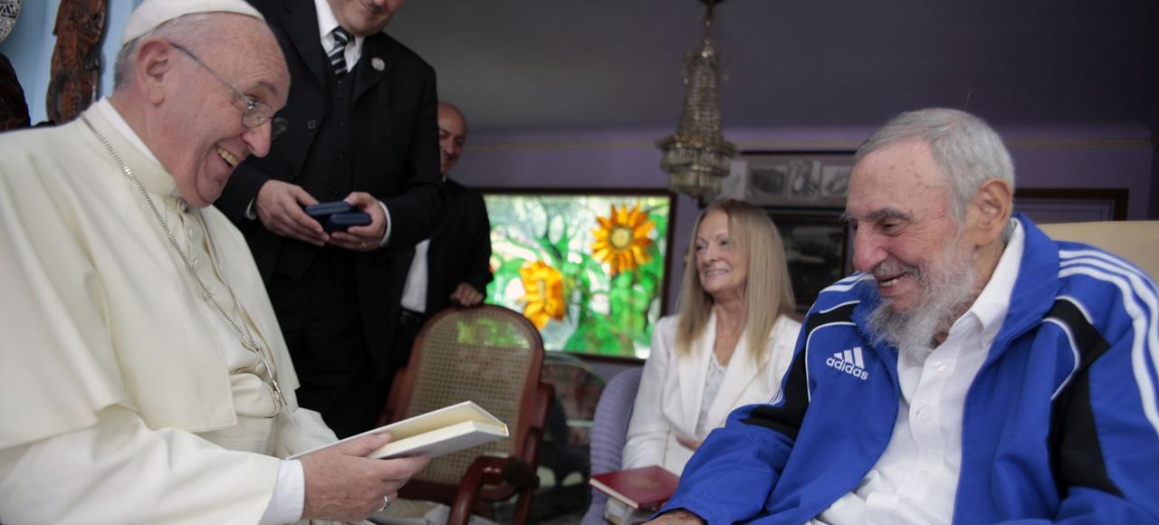 Le pape François en visite chez Fidel Castro.