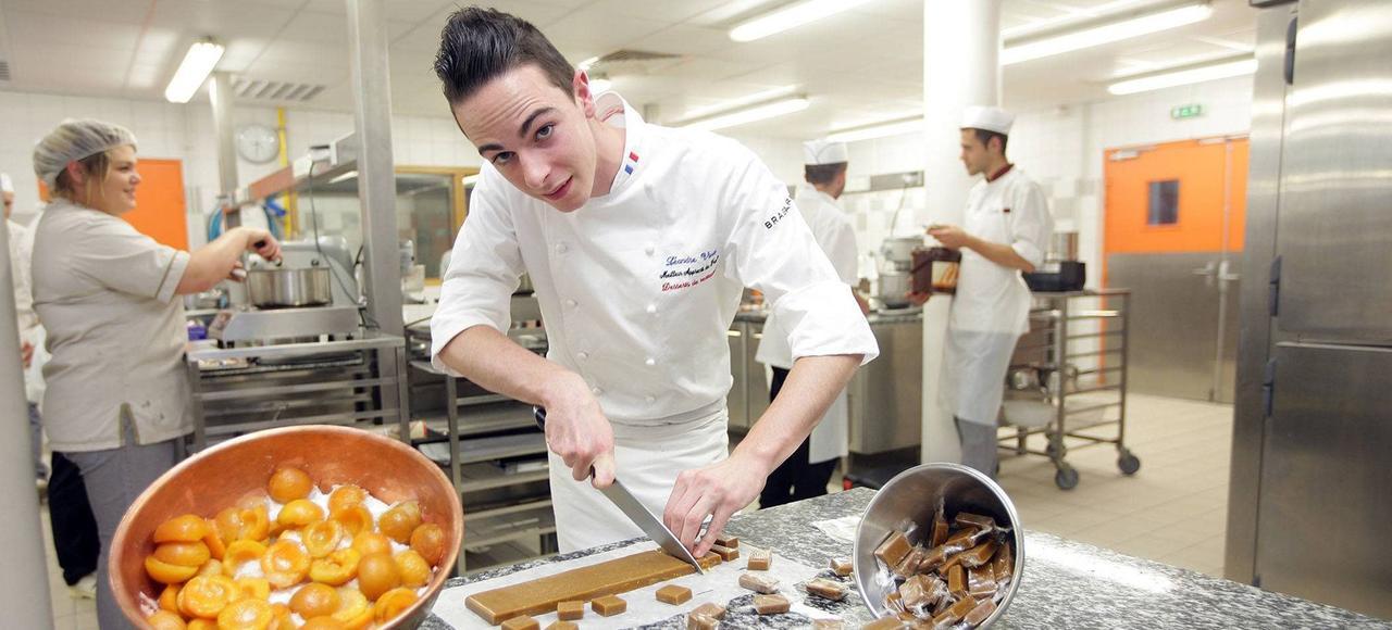 Léandre Vivier, meilleur apprenti pâtissier de France, lors des 24 heures cuisine, en septembre 2013 au Mans.