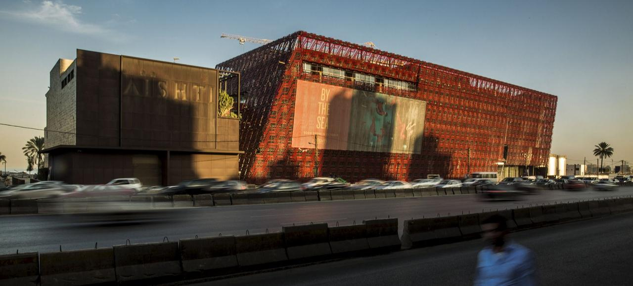 La Fondation Aïshti, dessinée par l'architecte britanique David Adjaye, fait dos à l'autoroute de Beyrouth Nord et regarde vers la Méditerranée.