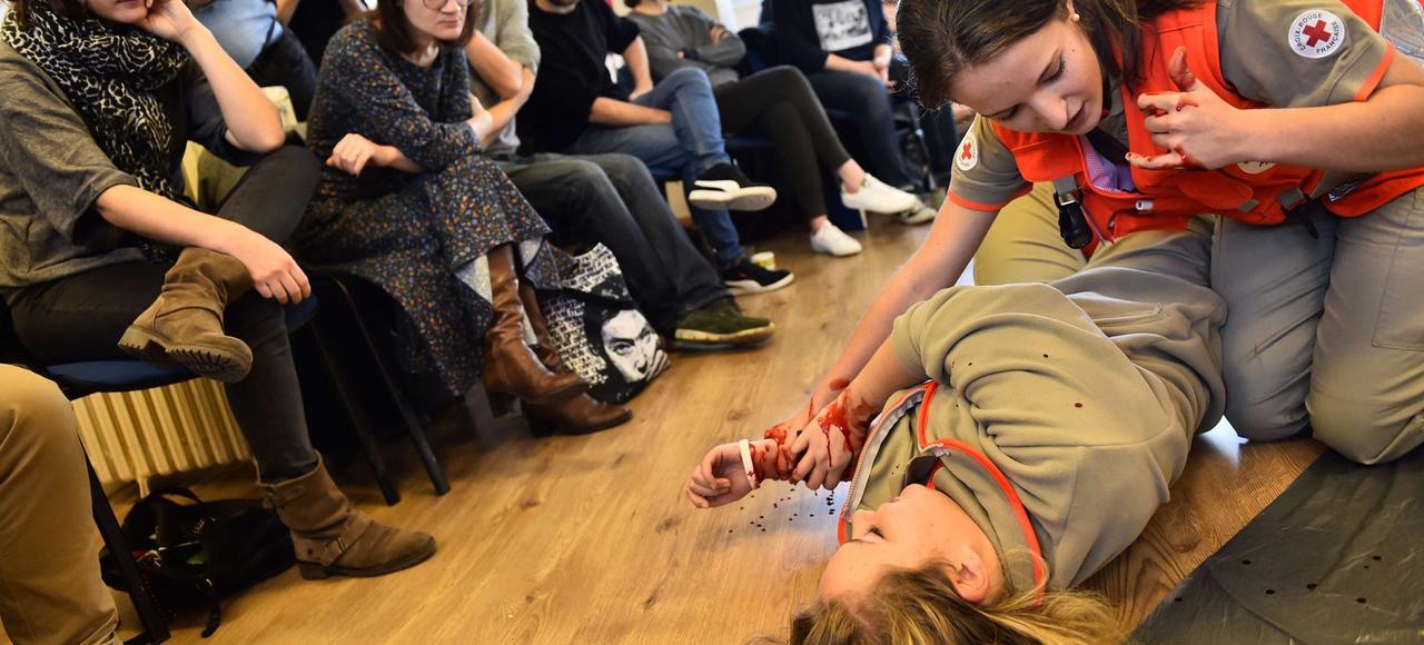 Une bénévole de la Croix-Rouge initie des stagiaires aux gestes de premier secours, samedi 21 novembre à Paris.