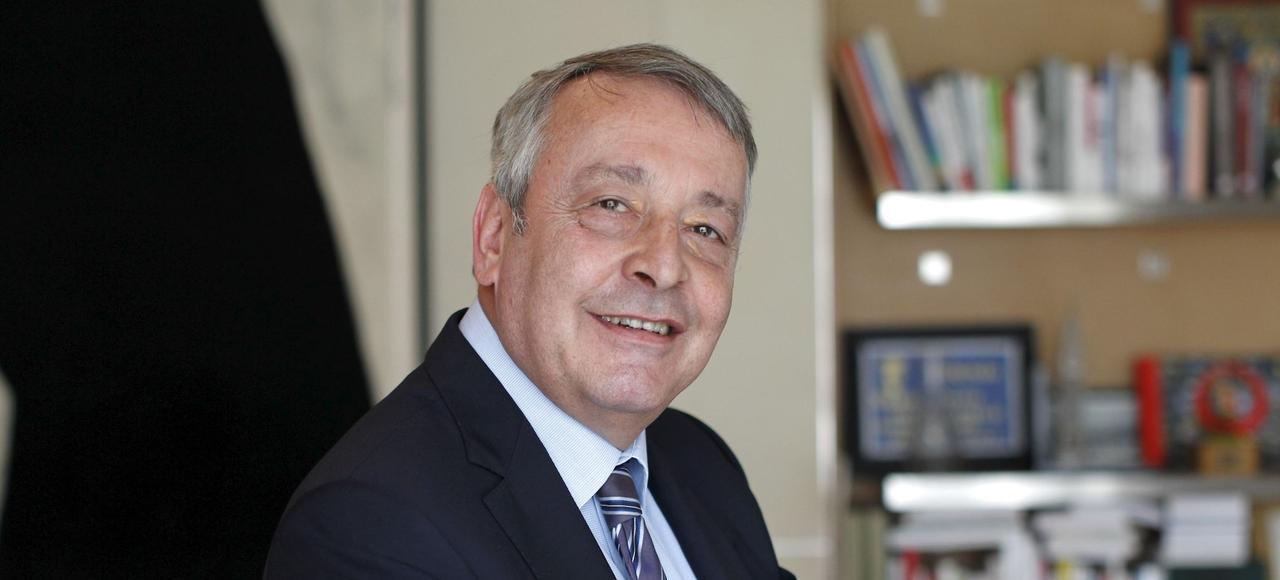 Portrait d'Antoine Frérot, président-directeur général de Veolia Environnement, dans son bureau à Paris.