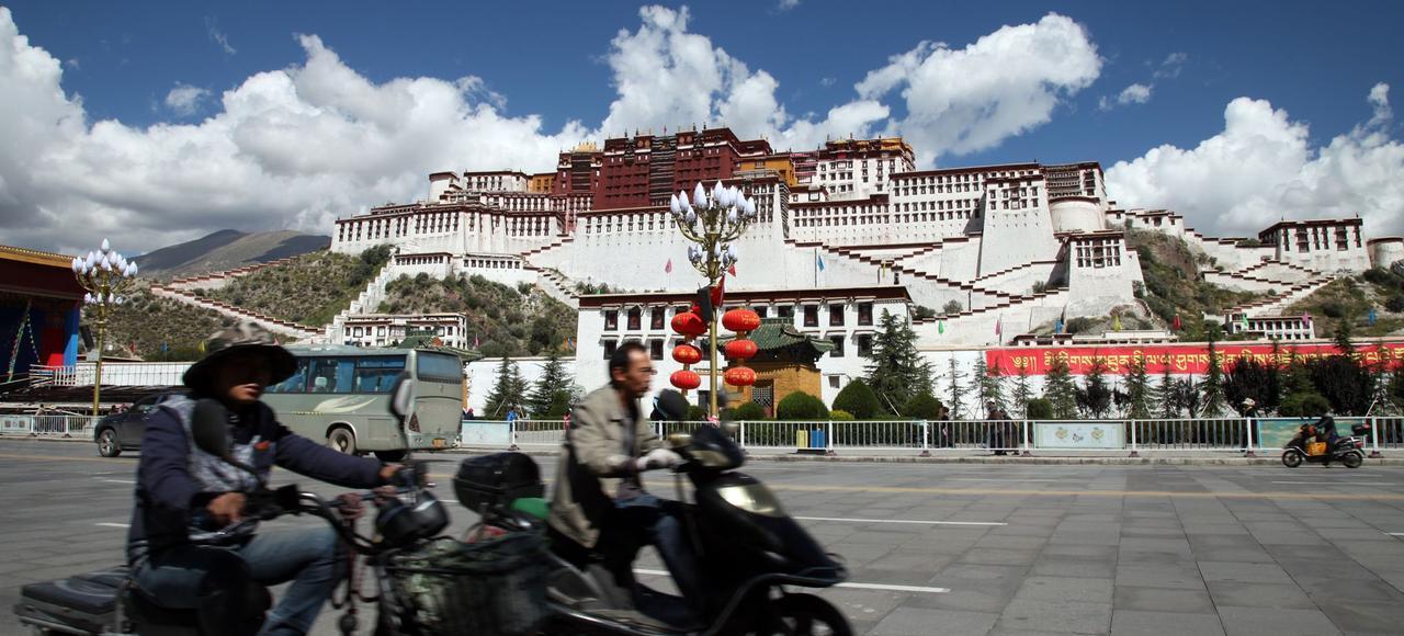 La Place de la libération pacifique du Tibet, à Lhassa, nom officiel de l'esplanade que domine le palais du Potala, résidence d'hiver du dalaï lama depuis le VII e siècle. à Lhassa.