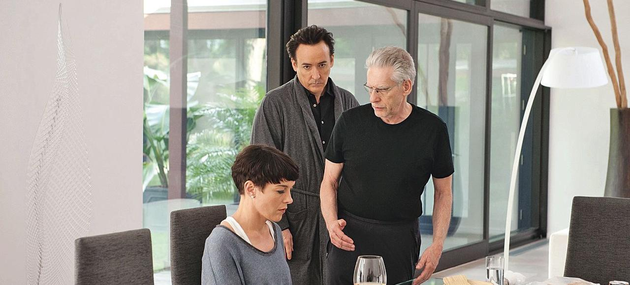 David Cronenberg (à droite) dirige John Cusack et Olivia Williams, pendant le tournage de <i>Maps to the Stars.</i>