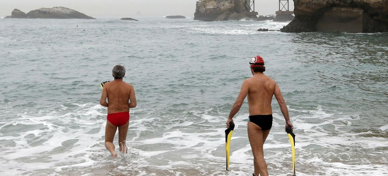 Une baignade à Biarritz, le 18 décembre 2015.