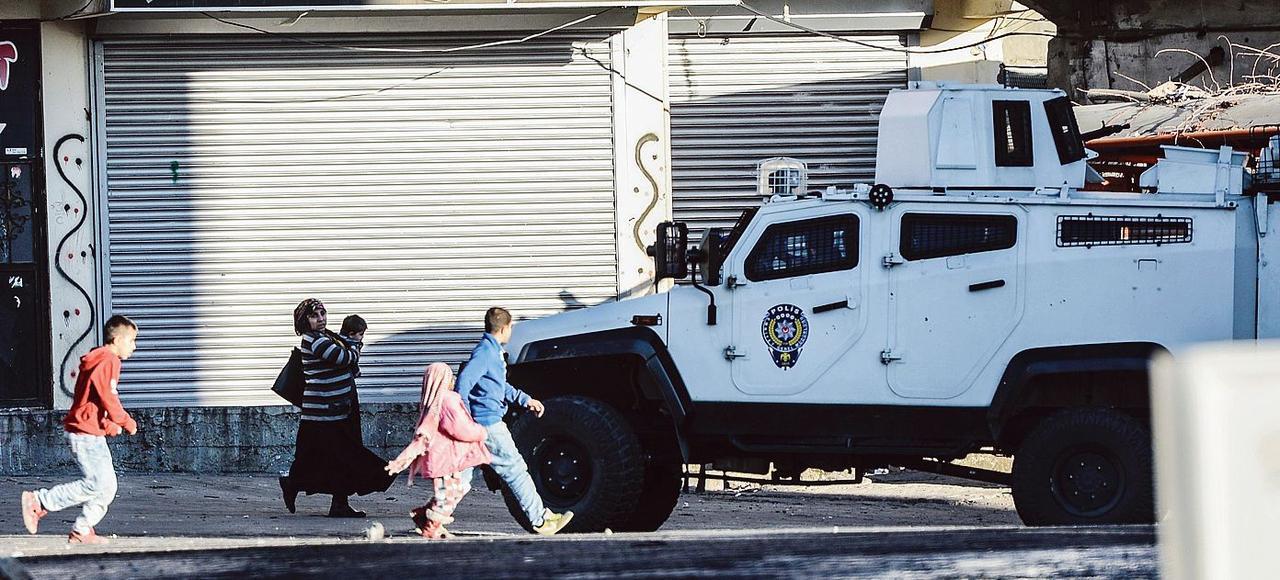Un véhicule blindé des forces spéciales turques patrouille dans les rues de Sirnak.