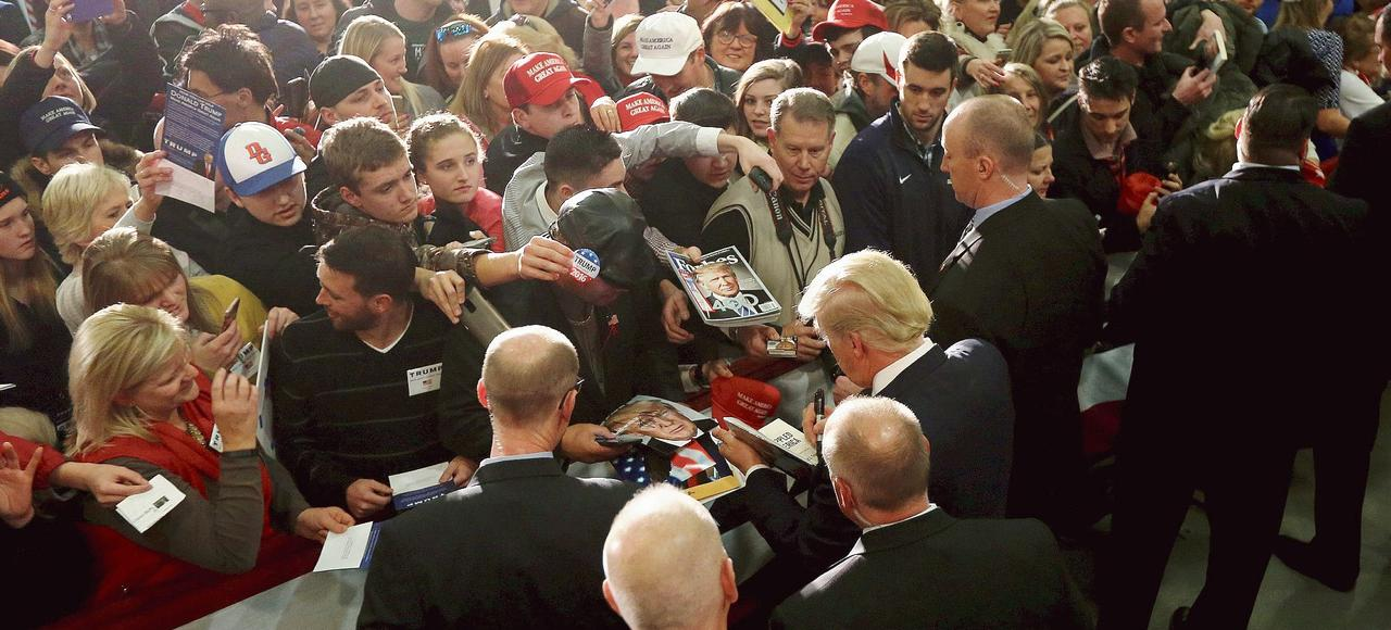 Donald Trump signe des autographes lors d'un meeting, mardi, à Council Bluffs, dans Iowa.