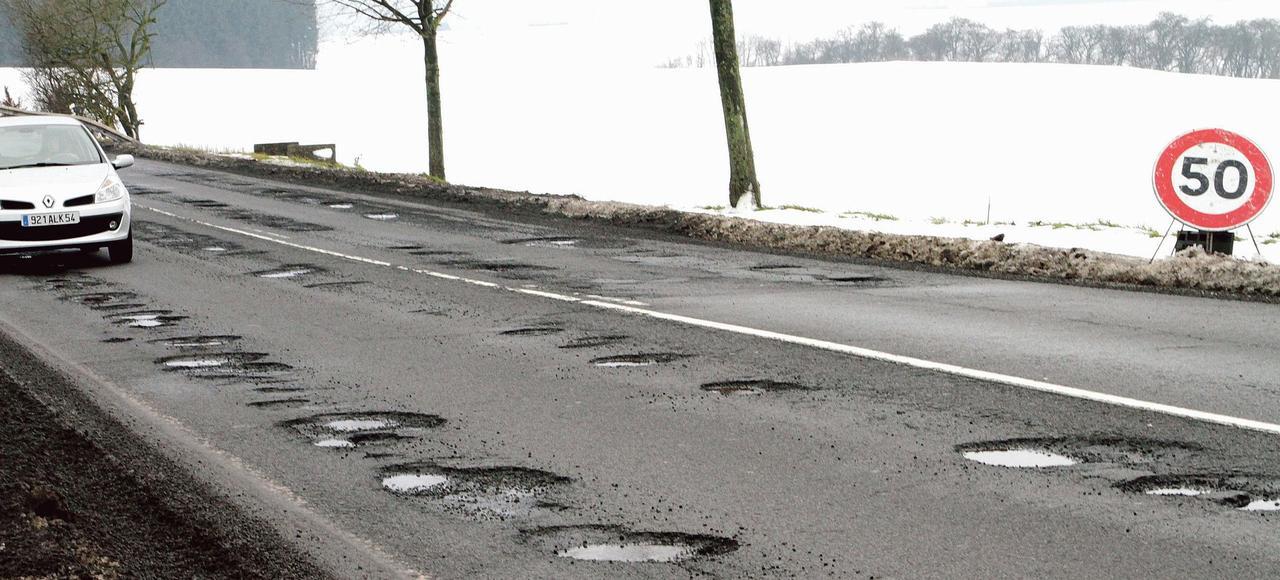 Sur nombre de routes mal entretenues du réseau départemental, comme sur la D906, la vitesse limite autorisée est de 50 km/h.