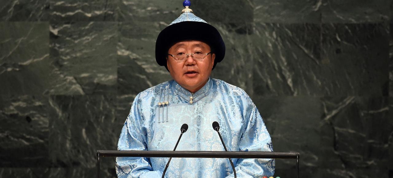 «Depuis la mer du Japon jusqu'à la frontière orientale de l'Europe, il n'y a qu'une seule démocratie, c'est la Mongolie. Je suis fier d'y avoir contribué en organisant des manifestations qui ont commencé le 10 décembre 1989», souligne Tsakhiagiyin Elbegdorj.