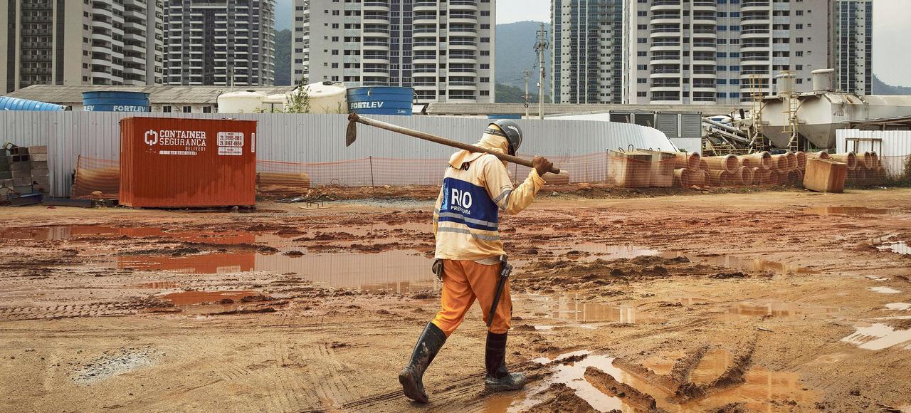 Un ouvrier sur le chantierde construction du village olympique des Jeux 2016, en novembre dernier à Rio de Janeiro.