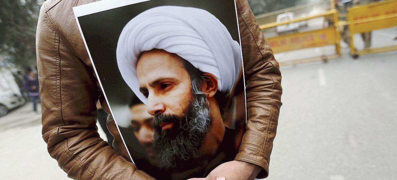 Un musulman chiite tient un portrait du cheikh al-Nimr, lundi, à New Delhi, lors d'une manifestation devant l'ambassade d'Arabie saoudite en Inde.