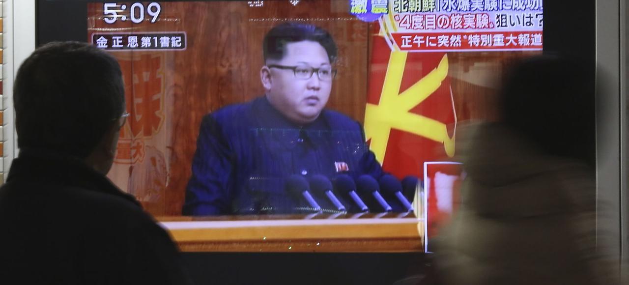 Un homme regarde à la télévision coréenne la retransmissiondes images du discours de Kim Jong-un, mercredi à Séoul.