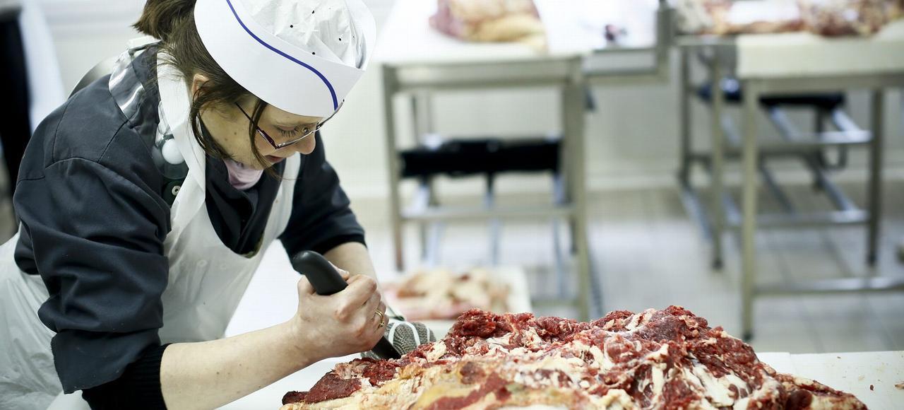 Une apprentie à l'École professionnelle de boucherie de Paris.
