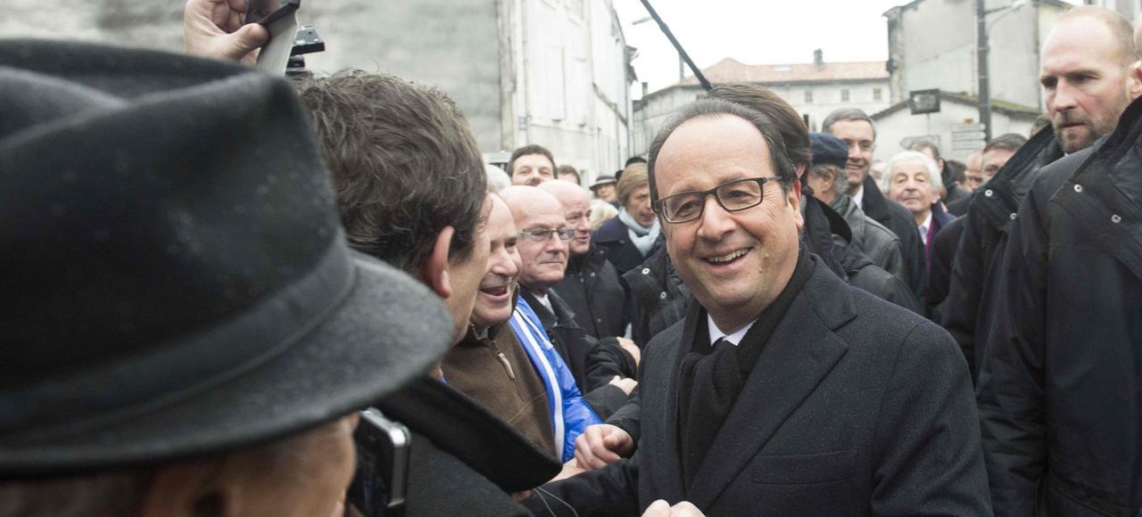 Malgré la pluie, le président s'est offert un bain de foule parmi les Charentais à son arrivée à Jarnac.