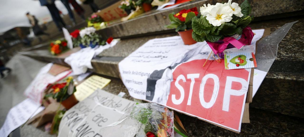 Des bouquets de fleurs et des mots de protestation ont été déposés devant la gare centrale de Cologne.