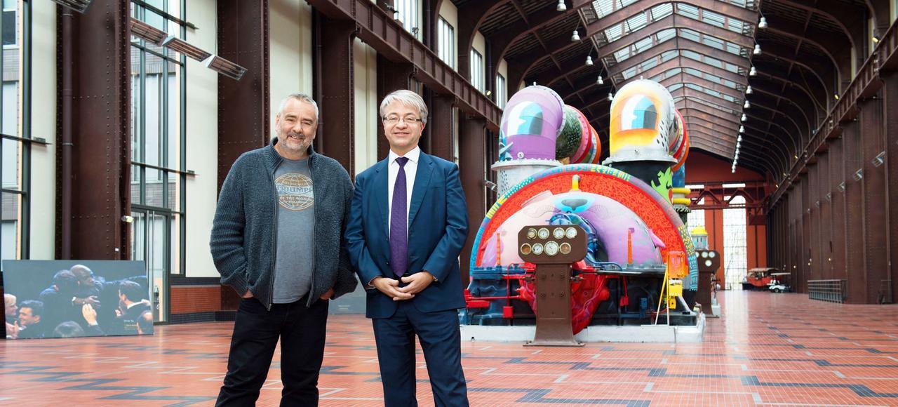 Luc Besson et Jean-Laurent Bonnafé, directeur général de BNP Paribas, partenaire financier de «Valérian», le film le plus cher jamais produit en Europe. Le tournage vient de commencer à la Cité du cinéma, à Saint-Denis.