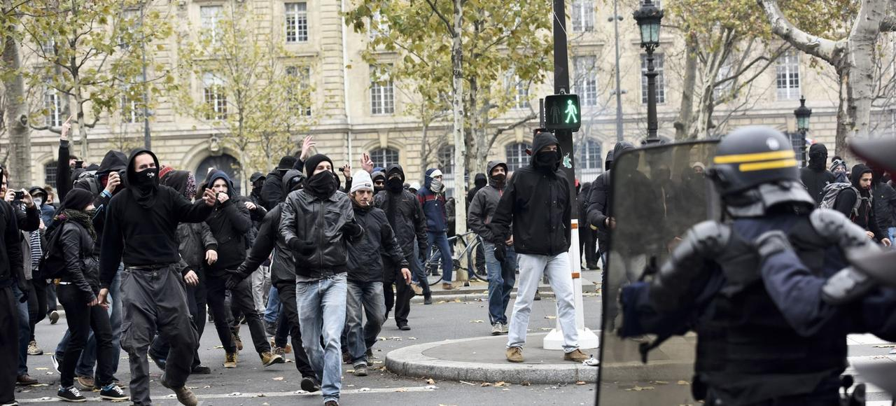 Manifestation des militants d'extrême gauche contre l'état d'urgence et la COP21, en novembre 2015, place de la République, à Paris.