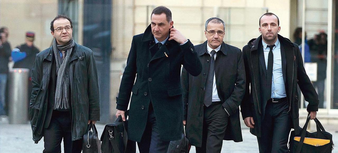 Les nouveaux élus nationalistes de Corse, Gilles Simeoni et Jean-Guy Talamoni, à leur arrivée, lundi à Matignon.