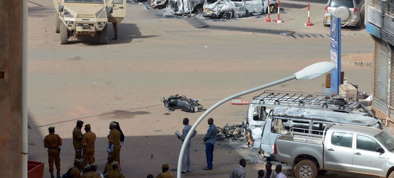 Les forces de sécurité, dimanche, à Ouagadougou, au Burkina Faso, sur les lieux de l'attentat contre l'hôtel Splendid et le café Cappuccino qui a fait trente morts.