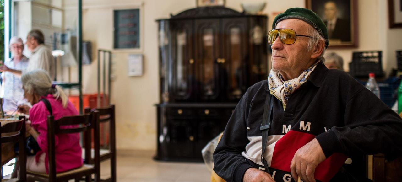 Des retraités accueillis par l'Église pour une soupe populaire, en juillet dernier à Athènes.