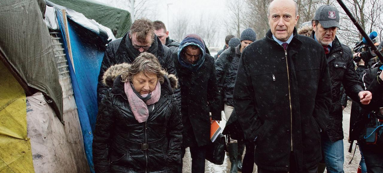 Alain Juppé, accompagné de Natacha Bouchart, la maire de Calais, visite mercredi le camp baptisé la «jungle».