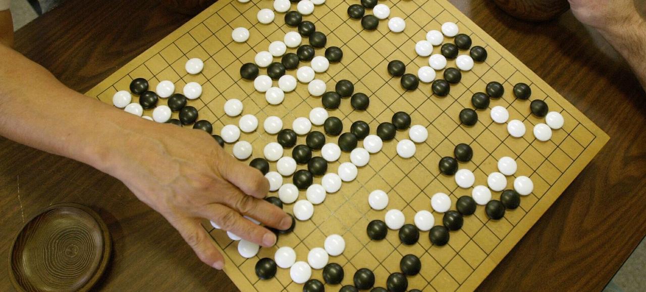 Le jeu de go se joue sur un damier comptant 19x19 intersections.