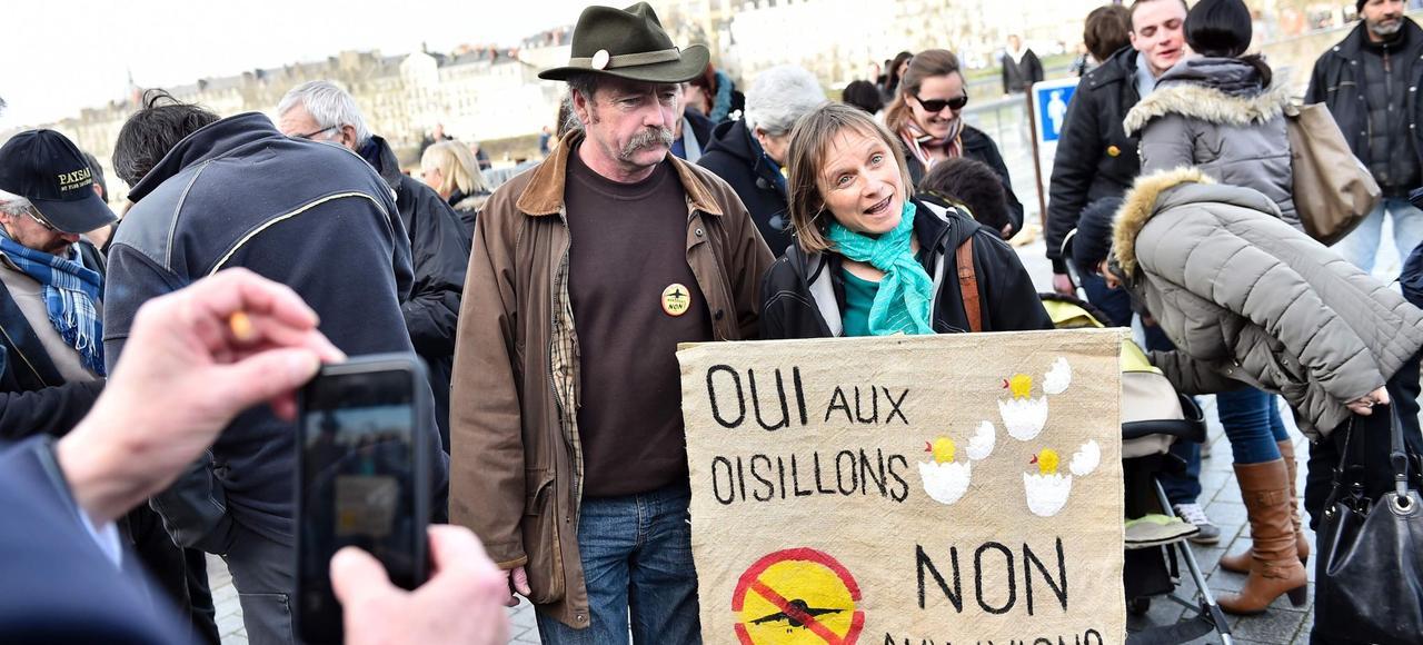 Sylvain et Brigitte Fresneau, sous le coup d'une expulsion immédiate, devant le tribunal de Nantes, lundi 25 janvier.