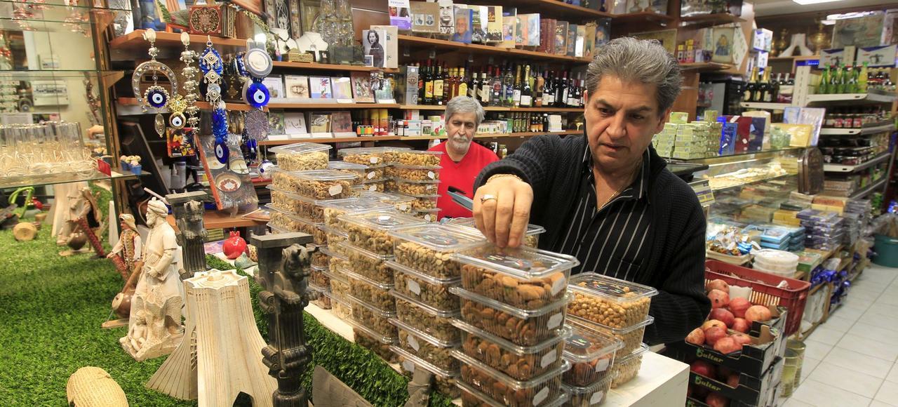 Ali et Réza dans l'épicerie traiteur Iranien Sepide rue des Entrepreneurs à Paris.