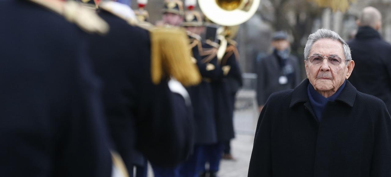 Le président cubain, qui a été accueilli sous l'Arc de Triomphe par Ségolène Royal, numéro trois du gouvernement, a eu droit aux honneurs militaires prévus pour les visites d'Etat, une première pour un président cubain.