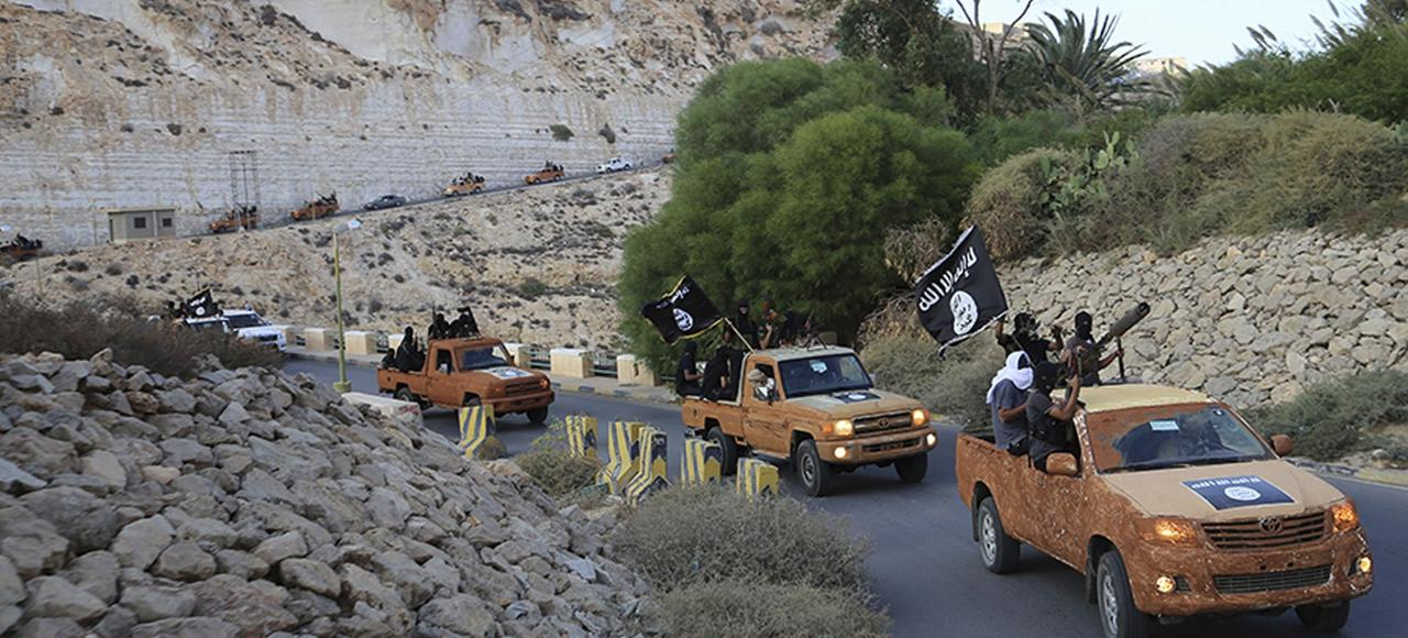 Une colonne de combattants de l'EI sur un route de Derna, dans l'est de la Libye.