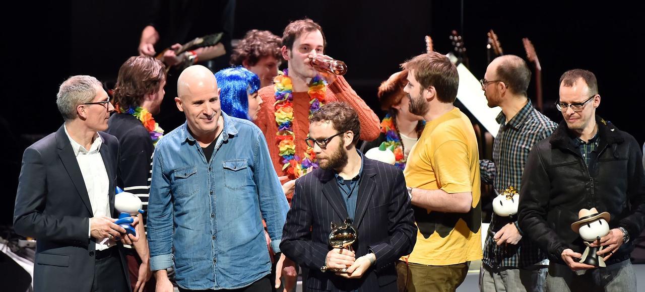 Benoît Collombat (à gauche) et Étienne Davodeau (deuxième à gauche), récompensés du prix du public pour <i>Cher pays de notre enfance</i>, aux côtés d'autres auteurs de bande dessinée lors de la cérémonie de clôture, dimanche à Angoulême.