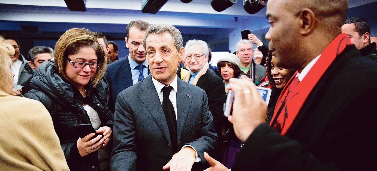 Nicolas Sarkozy recevant de nouveaux adhérents des Républicains, au siège du parti, le 9 janvier.
