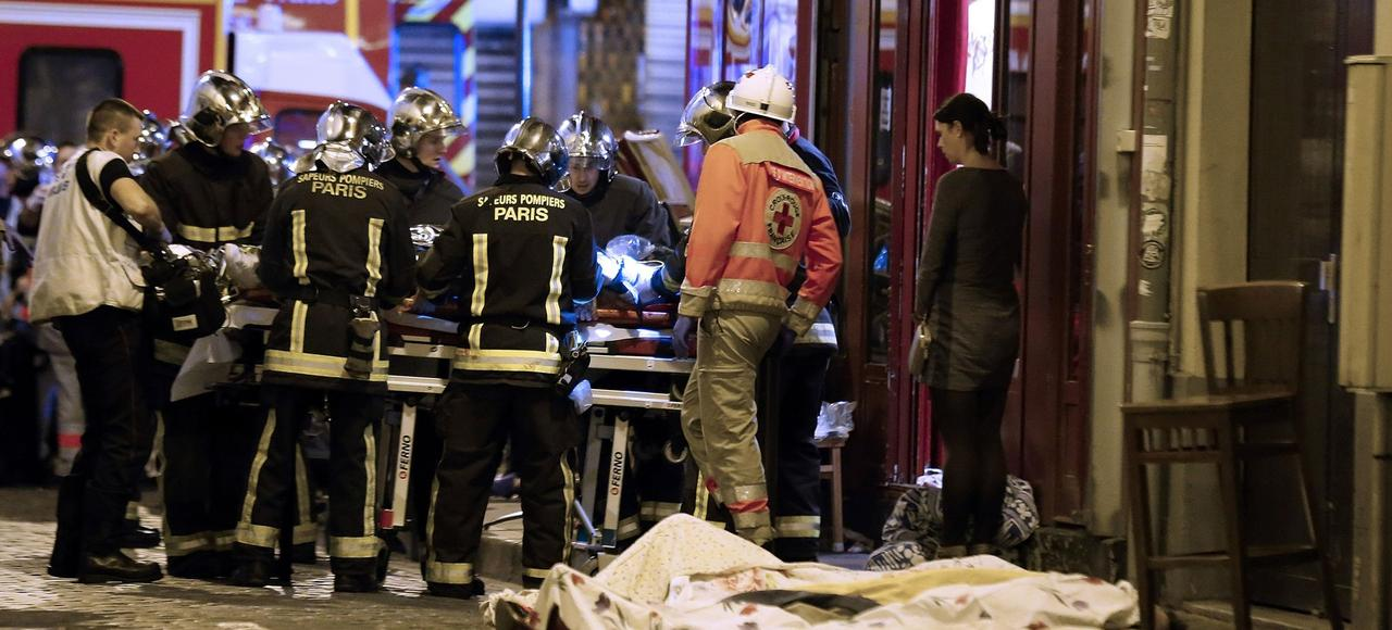 Les secouristes s'activent devant la terrasse d'un café du Xe arrondissement de Paris, mitraillée par les terroristes le 13 novembre dernier.