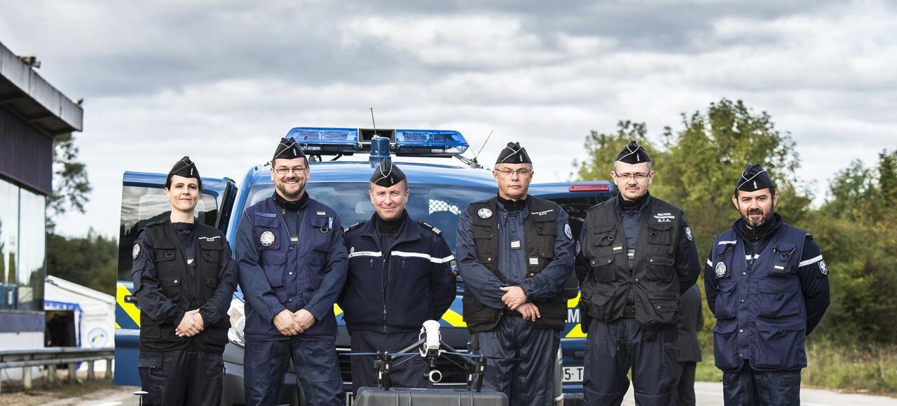 Des enquêteurs de la Gendarmerie des transports aériens, derrière un système de micro-drones avec son container de transport et ses accessoires.